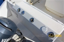 BOSTON WHALER 240 OUTRAGE (33)